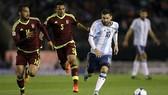 Messi trước sự đeo bám của các hậu vệ Venezuela. Ảnh: AP