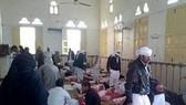 Thi thể các nạn nhân tại hiện trường vụ tấn công đền thờ Al Rawdah ngày 24-11. (Nguồn: L'Espresso/TTXVN)