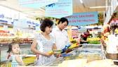 Khách hàng xem thông tin trên nhãn sản phẩm