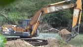 Ngang nhiên dùng xe đào múc cát trái phép ở sông Krông Nô