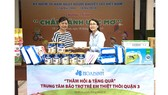 Công ty CP Tập đoàn Xây dựng Hòa Bình tặng 250 phần quà cho trẻ em khuyết tật quận 3