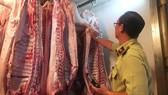 Cơ quan chức năng TPHCM giám sát dịch tả heo châu Phi tại một chợ đầu mối ở TPHCM. Ảnh: THANH HẢI
