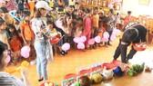 Tổ chức vui chơi có thưởng cho các em nhỏ vùng cao