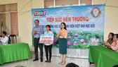 """Cty TNHH MTV XSKT Đồng Tháp trao học bổng """"Tiếp sức đến trường"""" giúp HS Hồng Ngự vượt khó học tập"""