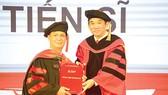 NGND.PGS.TS Hồ Thanh Phong (phải) - Hiệu Trưởng trường trao bằng cho tân Tiến sĩ Phan Thanh Long - Tổng Giám đốc Khách sạn Rex
