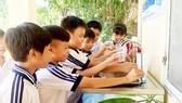 Học sinh vùng biên giới có trụ nước uống tại vòi
