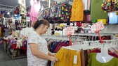 Chọn mua quần áo tại Hội chợ Khuyến mại 2019