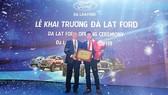 Ông Phạm Văn Dũng - Tổng Giám đốc Ford Việt Nam (bên trái) tại lễ khai trương Đà Lạt Ford