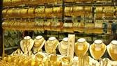 Vàng SJC đang đắt hơn vàng thế giới gần 8 triệu đồng mỗi lượng.
