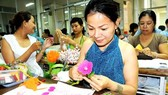 Courses on cloth and paper flower making at the Ho Chi Minh City Women's Cultural House have attracted many women. (Photo: Sggp)