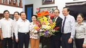 Secretary of the HCMC Party Committee Nguyen Thien Nhan congratulates Associate Professor Dr. Truong Thi Hien, former Director of the HCMC Cadre Institute.