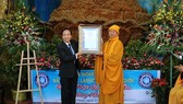The Vietnam Book of Records (Vietkings) on behalf of Worldkings presented the record certificate to Linh Phuoc pagoda. (Photo: Sggp)