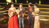Cat Tuong (L), Truong Giang (2nd, L) and Kha Nhu (R ) at the award ceremony  (Photo: Sggp)