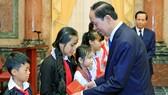 President Tran Dai Quang presents gifts to needy children (Photo: VNA)