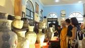 An exhibition on ceramic vase set of artisan Pham Van Tuyen - Venerable Thich Chanh Tinh (Photo: anhp.vn)