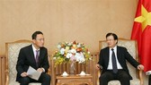 Deputy Prime Minister Trinh Dinh Dung (R) and RoK Ambassador to Vietnam Kim Do-hyon  (Source: VNA)
