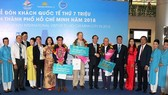 Standing Vice Chairmanof the municipal People's CommitteeLe Thanh Liemwelcomes the 7 millionth international visitor.