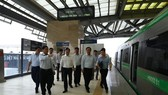 Deputy Prime Minister Trinh Dinh Dung (centre) inspects the long-delayed Cat Linh-Ha Dong urban railway project on October 1 (Photo: VNA)