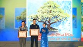 Deputy Secretary of the municipal Party Committee Vo Thi Dung presents two special prizes to artisans. (Photo: SGGP)