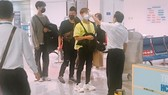 Airport staff are measuring the temperature of passengers. (Photo: SGGP)