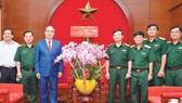 Secretary of the City's Party Committee Nguyen Thien Nhan visits the Military Zone 7 High Command. (Photo: SGGP)