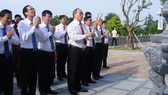 Secretary ofHCMCParty Committee Nguyen Thien Nhan and the delegation offer incense to commemorate President Ho Chi Minh and his ancestors in Chung Son Temple in Nghe An Province. (Photo: SGGP)