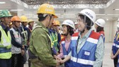 Chairwoman of Vietnam Fatherland Front Committee in Ho Chi Minh City To Thi Bich Chau and officials offer gifts to workers. (Photo: SGGP)