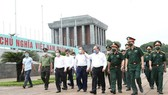 Prime Minister Nguyen Xuan Phuc inspects preservation of the work (Photo: VNA)