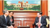 Chairman of the Ho Chi Minh City People's Committee Nguyen Thanh Phong (R) and Japanese Consul General Watanabe Nobuhiro