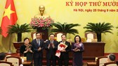 Hanoi officials congratulate Chu Ngoc Anh (second, right) on his election as Chairman of the municipal People's Committee on September 25 (Photo: VNA)