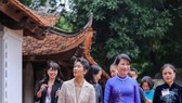 The wives of the Japanese and Vietnamese Prime Ministers, Suga Mariko (front, left) and Tran Nguyet Thu (front, right), visit the Temple of Literature on October 19 (Photo: VNA)