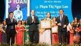 Deputy Secretary of HCMC Party Committee, Nguyen Ho Hai (C); Director of the municipal Department of Education and Training, Le Hong Son (R ) ; Deputy Editor-in-chief in charge of SGGP Newspaper, Nguyen Ngoc Anh (L) hand over certificates of merit to awar