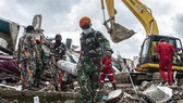Rescuers search for survivors of an earthquake in West Sulawesi, Indonesia (Photo: Xinhua/VNA)