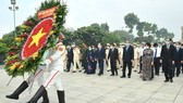 HCMC Party Committee Secretary Nguyen Van Nen leads a delegation of city leaders to offer incense and flowers at Ho Chi Minh City Martyrs Cemetery. (Photo: SGGP)