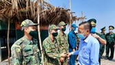 Head of HCMC Commission of Mass Mobilization Nguyen Huu Hiep visits border guards at the checkpoint No.12 in Chau Thanh District. (Photo: SGGP)