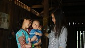 UNFPA Representative in Vietnam Naomi Kitahara (R) visits a Mong ethnic woman and her baby in Ta Ngao commune of Sin Ho district, Lai Chau province (Photo: UNFPA)