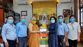 Chairwoman of the Vietnam Fatherland Front Committee of HCMC, To Thi Bich Chau (3rd, R) visits and extends greetings to Most Venerable Thich Giac Toan. (Photo: SGGP)