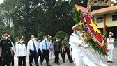 State President Nguyen Xuan Phuc and HCMC's leaders offer incenses and flowers to the fallen soldiers at the Ben Duoc Monument Temple for Martyrs in Cu Chi District. (Photo: SGGP)