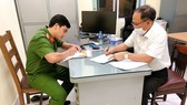 Former deputy of the HCMC Steering Committee on Historic Sites, Tat Thanh Cang at the Investigation Agency (Photo: SGGP)