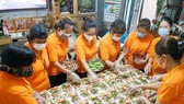"""Members of the """"An Binh An heart-to heart"""" charitable group in Phu Nhuan District's Ward 8 has prepared nearly 1,000 meals to people in isolation areas, hospitals and low-income laborers. (Photo: SGGP)"""