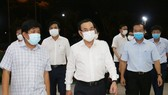 Secretary of the HCMC Party Committee Nguyen Van Nen (c) leads a delegation to inspect the epidemic prevention and control at Binh Dien whosale market. (Photo: SGGP)