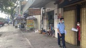The functional unit of Binh Tan District inspects Covid-19 prevention measures in the locality. (Photo: SGG)
