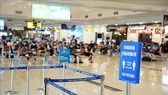 Passengers are instructed to maintain a distance of at least 2 metres from each other at HCM City's Tan Son Nhat International Airport. (Photo: VNA)