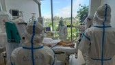 Healthcare professionals are caring for patients with Covid-19 in HCMC Covid-19 Intensive Care Hospital. (Photo: SGGP)