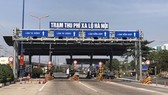 The Hanoi National Highway toll station suspends cash collection. (Photo: SGGP)