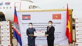Vice Chairman of the municipal People's Committee Duong Anh Duc and Prime Minister Samdech Hunsen, Royal Government and people of Cambodia attend the receiving ceremony at Tan So Nhat Airport. (Photo: SGGP)