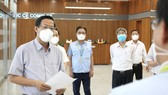 Standing Deputy Secretary of HCMC's Party Committee, Phan Van Mai (L) inspects the epidemic prevention and control at the Samsung Electronics CE Complex. (Photo: SGGP)