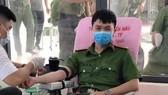 Senior Lieutenant Phan Tan Tai at a blood donation campaign (Photo: Facebook)
