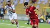 Vietnamese player Nguyen Cong Phuong (in red) dribbles the ball (Photo: VNA)