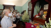 Party General Secretary Nguyen Phu Trong offers incense in tribute to President Ho Chi Minh at House 67 (Photo: VNA)